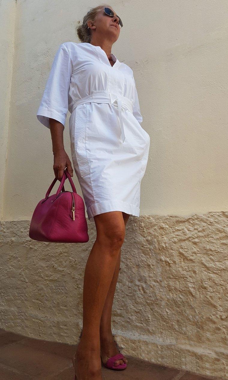 vestido blanco-bolso fucsia